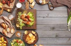 Verschillend die voedsel op de grill wordt gekookt Stock Foto's