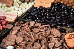 Verschillend gesorteerd chocoladesuikergoed op opslag stock afbeeldingen
