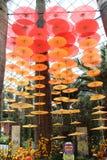 Verschillend hued Oranje lantaarnvertoning bij Tuin op de vertoning van baaisingapore stock foto's