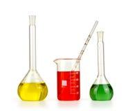 Verschillend laboratoriumglaswerk met gekleurde geïsoleerde vloeistof royalty-vrije stock foto