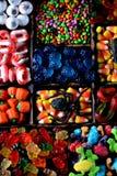 Verschillend suikergoed - de kikkers, draagt, wormen, pompoenen, ogen, zaden in de glans, kaken, pompoenen voor Halloween stock foto