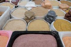 Verschillend Type van Impulsen in Zakzakken voor Verkoop in Markt Stock Foto