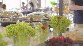 Verschillend voedsel in buffet in al inclusief restaurant van het toevluchthotel Restaurantvoedsel voor traditionele brunch, lunc stock videobeelden
