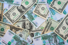 Verschillende bankbiljetten als achtergrond van ons dollars en Russische roebels Stock Foto's