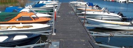 Verschillende boten dichtbij een pijler in Zweden royalty-vrije stock foto