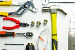 Verschillende bouwhulpmiddelen met Handhulpmiddelen voor huisvernieuwing stock afbeeldingen