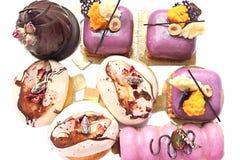 Verschillende buitensporige desserts, purpere fruit, chocolade en geplaatste koffiearoma's royalty-vrije stock foto's