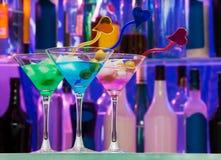 Verschillende cocktailglazen met kleurendranken Stock Foto's