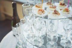 Verschillende cocktails of longdrinks versierd met vruchten stock foto's