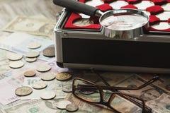 Verschillende collector` s muntstukken en bankbiljetten stock afbeeldingen