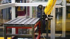 Verschillende die het werk robotsinzameling op de tentoonstelling van het roboticaforum wordt voorgesteld media Robots en innovat stock video