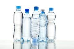 Verschillende die waterflessen op wit worden geïsoleerd Stock Foto