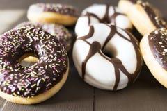 Verschillende donuts op een houten lijst Royalty-vrije Stock Foto