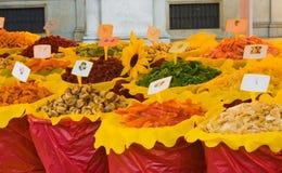 Verschillende droge vruchten in de markt Stock Foto
