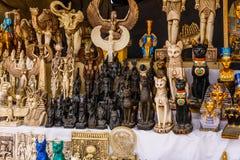 Verschillende Egyptische herinneringen voor verkoop in een straatwinkel royalty-vrije stock foto's