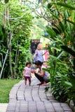Verschillende emoties van Indonesische kinderen Reis rond Bali stock afbeeldingen