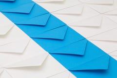 Verschillende enveloppen op de lijst Stock Fotografie