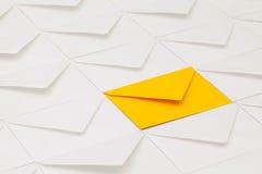 Verschillende enveloppen op de lijst Royalty-vrije Stock Afbeelding