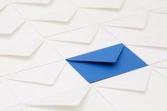 Verschillende enveloppen op de lijst Stock Foto's
