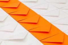 Verschillende enveloppen op de lijst Stock Afbeeldingen