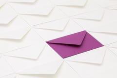 Verschillende enveloppen op de lijst Stock Afbeelding