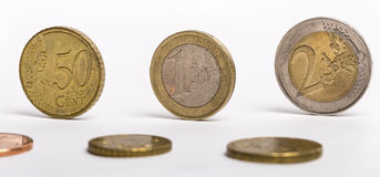 Verschillende Euro muntstukken op witte achtergrond stock foto