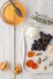 Verschillende fruit en kaas met honing en twijg van thyme Royalty-vrije Stock Foto's