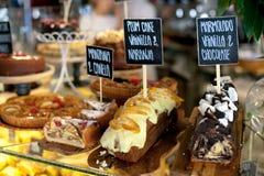 Verschillende gebakjes en pastei bij voedselmarkten stock fotografie