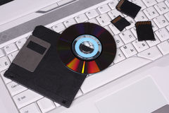 Verschillende gegevenscarriers op toetsenbordlaptop Royalty-vrije Stock Foto's