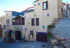 Verschillende gekleurde decoratieve vogelhuizen op de voorgevel van een woningbouw Tbilisi, Georgië Royalty-vrije Stock Fotografie
