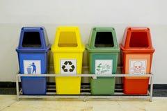 Verschillende Gekleurde die wheelie bakken met afvalpictogram worden geplaatst Stock Afbeeldingen