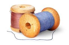 Verschillende gekleurde draad twee op houten spoelen stock afbeeldingen