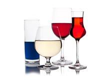 Verschillende gekleurde dranken in wijnglazen Royalty-vrije Stock Foto's