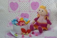 Verschillende gekleurde gommen, spelden, parels, bogen voor meisjes Schoonheidssalo Royalty-vrije Stock Foto