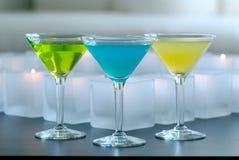 Verschillende gekleurde martini met kaarsen royalty-vrije stock fotografie