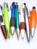 Verschillende gekleurde pennen royalty-vrije stock afbeeldingen
