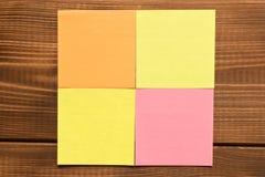 Verschillende gekleurde stickers op een houten achtergrond Lege tekstruimte stock fotografie