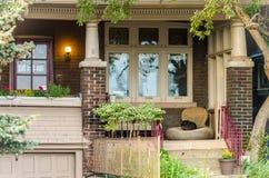 Verschillende gekleurde voorgevels van huizen in Toronto Stock Foto's