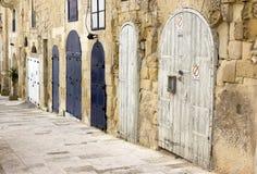 Verschillende gestalte gegeven deuren op straat Stock Foto