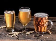 Verschillende glazen bier op de houten lijst Royalty-vrije Stock Foto's