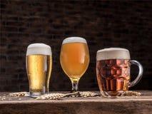 Verschillende glazen bier op de houten lijst Stock Foto's