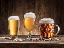 Verschillende glazen bier op de houten lijst Royalty-vrije Stock Fotografie