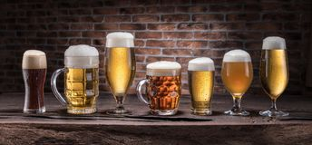 Verschillende glazen bier op de houten lijst Stock Afbeeldingen