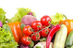 Verschillende groenten met inbegrip van bieten, kool, courgette, wortelen, tomaten, peper en komkommers op een witte achtergrond  royalty-vrije stock foto's