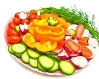 Verschillende groenten op een plaat op wit Royalty-vrije Stock Afbeeldingen
