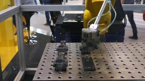 Verschillende het werk robotsinzameling die op de tentoonstelling van het roboticaforum wordt voorgesteld media Robots en innovat stock footage