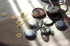 Verschillende horloges en tandraderen, tandwielen in steampunkstijl op een lijst Royalty-vrije Stock Foto