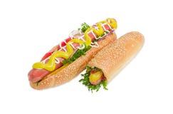Verschillende hotdog twee met frankfurterworst en groenten stock foto