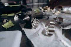 Verschillende juwelen op de lijst van de juwelier vanuit een dichte invalshoek royalty-vrije stock afbeeldingen