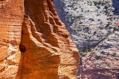 Verschillende kleuren van bergen in Zion National Park Stock Afbeeldingen